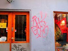 Street Art of North: Klotter. Graffiti, Street art is vandalizing, destroying in Stockholm Old Town. Klotter. Graffiti, Street art is vandalizing, destroying in Stockholm Old Town Töherrys katutaidetta töhertely pilaa ja sotkee Tukholman vanhan kaupungin aarteet. Tuntuu haudan häpäisyltä. Yleensä valokuvaan katutaidetta jolla on merkitys, kuten aktivismi, mutta tämä vaikuttaa vain rikkaiden kakaroiden porsastelulta - kun millään ei o välii. Onko katuataiteella merkitystä, arvoa