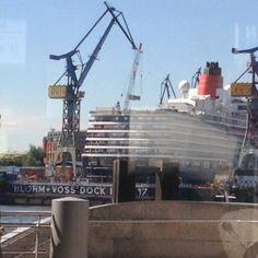 26º The Queen Elisabeth at the dry-dock to cleaning //  El Queen Elisabeth en el astillero para su puesta a punto