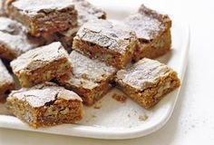These cinnamon pecan blondies, are filled with chewy cinnamon goodness thanks to butter and brown sugar. It's the adult version of usual blondies. Holiday Desserts, Just Desserts, Holiday Baking, Pecan Blondies Recipe, Cinnamon Pecans, Pecan Bars, Sweet Bar, Cookie Bars, Bar Cookies