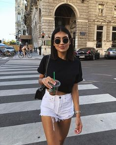 Weiße Jeansshorts White jeans shorts - - White jeans shorts Source by fashionwan Shorts Jeans Branco, White Denim Shorts, Outfits With White Shorts, Black Shorts Outfit Summer, White Short Outfits, Denim Outfits, Insta Outfits, Cute Outfits With Shorts, Shorts Outfits Women
