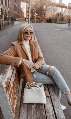 great spring outfit to copy_nude blazer top ripped jeans bag boots Blazer Outfits For Women, Nude Outfits, Fall Outfits, Nude Boots, White Boots, Pijamas Women, Camel Blazer, Mode Ootd, Look Blazer
