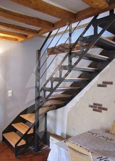 Photo DT104 - ESCA'DROIT® 1/4 tournant Intermédiaire. Escalier d'intérieur en métal et bois au design industriel et vintage. Cet escalier a été installé dans le cadre d'une rénovation dans une maison de campagne pour remplacer un escalier bois très lourd. Limon intérieur découpé façon charpente métallique avec rivets en fer forgé décoratifs. Finition : acier brut patiné. - Modèle déposé - © Photo : Escaliers Décors®