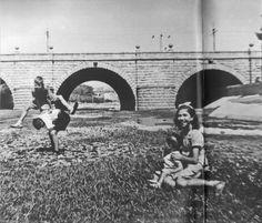 La sequía que sufre España durante los años 40 , permite a unos niños jugar en el cauce del río Manzanares.