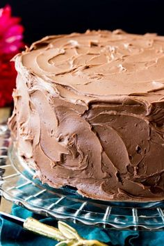 This is my all-time favorite chocolate frosting recipe, and I think that once you try it it& be yours, too! This is a simple chocolate frosting that needs just 6 ingredients -- it will easily frost a 2 layer or cake or generously ice a dozen cupcakes! Homemade Chocolate Icing, Chocolate Frosting Recipes, Chocolate Chocolate, Chocolate Pastry, Chocolate Buttercream Frosting, Cupcake Frosting Recipes, Buttercream Recipe, Melted Chocolate, Cake Icing