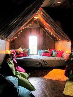 屋根裏部屋がベッドルーム。とてもおしゃれです。 新築やリノベーションの予定があれば、是非屋根裏部屋を検討してもらいたくなります。 カラフルな色の照明と暖色系でまとめられたクッションや寝具が温かそうで素敵。