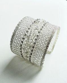 Pulsera tejida a crochet en hilo de plata y cristales engastados. Muy lindo!