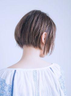 片耳をかけて、爽やかカジュアルな前下がりショートボブです。短かめヘアをフェミニンにみせる抜け感、ウェットなツヤ感がポイント!軽さのある毛先から覗く素肌感がフェイスラインや首筋をキレイに魅せてくれる効果あり☆