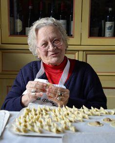 Tutti i segreti dei casoncelli di nonna Ida della Trattoria Visconti Pasta Casera, Gnocchi, Mini Desserts, Tortellini, Food Menu, Baby Food Recipes, Italian Recipes, Holiday Recipes, Recipies