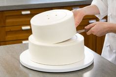 Wedding Cake Recipes Step-by-Step instructions on making and frosting a stacked cake - this page makes it seem so DIY! (Secrets to Making a Wedding Cake How To Make Wedding Cake, Diy Wedding Cake, How To Make Cake, Wedding Cake Dowels, How To Stack Cakes, Cake Decorating Techniques, Cake Decorating Tutorials, Cookie Decorating, Decorating Cakes