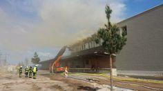 Brand bei der Halle02: Feuer verursacht 100.000 Euro Schaden (plus Fotostrecke)  Beim Verlegen und Verschweißen von Bitumenbahnen geriet das Dach des alten Zollamtes in Brand. 80 Feuerwehrleute haben den Brand gelöscht.