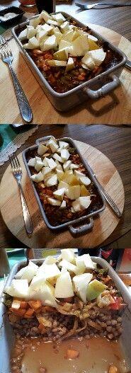 Gotowana kasza + świeża marchewka + świeży seler + świeża cebulka + świeży czosneczek + jabłuszko na wierzch. Zalane ciemnym pieszeniowym sosem lite. To jest naprawdę przyszne. Taka rynienka wystarcza na dwie syte porcje obiadowe.