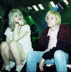 Kurt Cobain lead singer of American grunge band Nirvana backstage with his wife Courtney Love singer with the band Hole early Courtney Love Kurt Cobain, Courtney Love Hole, Kurt Cobain Photos, Nirvana Kurt Cobain, Belfast, Donald Cobain, Riot Grrrl, Star Wars, Famous Couples
