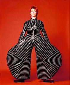 在 1972 年,David Bowie 以 Ziggy Stardust 為搖滾樂帶來一個新時代,而在同一年,他遇上了日本攝影師鋤田正義 (Masayoshi Sukita) ,成為了往後超過 40 年的好朋友兼日本御用攝影師。