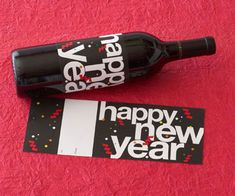 Free Printable Happy New Year Wine Label - a sleek black background makes the words pop in this wine wrap. New Years Eve Day, New Years Party, New Year's Eve Celebrations, New Year Celebration, Wraps, Wine Bottle Labels, Nouvel An, New Year Gifts, Christmas And New Year