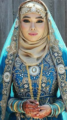 Searing for bridal hijab!, then, here are the 9 best wedding hijab for brides in different styles. So, select one modern Muslim wedding dress with hijab. Indian Muslim Bride, Muslim Brides, Muslim Girls, Muslim Women, Muslim Couples, Arab Bride, Bengali Bride, Islamic Fashion, Muslim Fashion