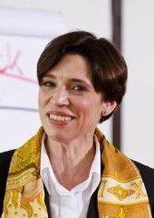 Nandine Meyden ist Expertin für moderne Stil- und Umgangsformen. Als Etikette-Trainerin gibt sie zahlreiche Seminare, Einzelcoachings und Vorträge und arbeitet u.a. für Radio-, Print und Fernsehmedien.