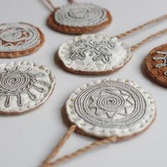 Resultado de imagem para how to do the double snowflake braid Sami bracelet Viking Dress, Textiles, Coin Necklace, Handicraft, Braided Bracelets, Diy Jewelry, Snowflakes, Samara, Schmuck