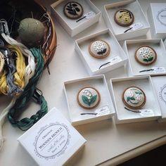 """annas/アンナス on Instagram: """"お花のブローチ 「annasの草花と動物のかわいい刺繍」(河出書房新社)に図案が載っています。 箱に入れると特別感でますよね。 ・ ・ #刺繍 #手刺繍 #ブローチ #刺繍ブローチ #ハンドメイドブローチ #ブローチ部 #すずらん #あじさい #ミモザ #シロツメクサ…"""""""