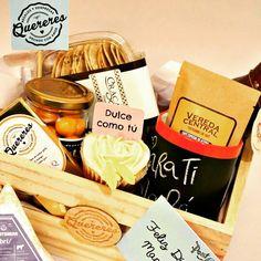 """Kit Brunch """"con amor para ti mamá"""" – Caja de madera con jugo, chocolatina, mug de tiza, Sachet de café ó sachet de té, cupcake decoración tipo rosa, queso crema y galletas para acompañar , fruta envasada (uchuvas, fresas, o mixta), Postal día de la madre (con mensaje personalizado)  Tus pedidos a quereresonline@gmail.com / pedidos@quereresonline.com Bogotá, Colombia #yosoyquereres"""