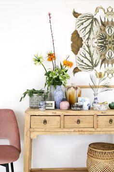 De botanische trend, maar dan even anders. We lieten ons inspireren door het Verre Oosten en kozen gekleurd porselein en een vintage Chinese kast. Fris!