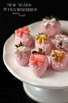 Pink Chocolate Covered Strawberries with pretty bows on. All dressed up for a sweet treat. Chocolate Dipped Strawberries, Pink Chocolate, Chocolate Covered Strawberries, Homemade Chocolate, Chocolate Recipes, New Year's Desserts, No Bake Desserts, Dessert Recipes, Party Desserts