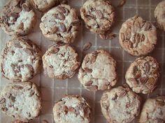 今、話題になっている「パン粉クッキー」を作ったことはありますか?余ったパン粉を使って、とってもお手軽にクッキーを作ることができるんです。ビニール袋を使って作ることができるので、準備も片付けもかんたん♪サックサクの食感が楽しめるそのレシピをご紹介します。