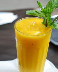 Yellow Sun ½ papaya ½ banana½ limone biologicoLibera la papaya dai semi e dalla buccia, quindi tagliata a tocchetti. Sbuccia anche la banana e tagliata a rondelle. Lava il limone, elimina i semi e taglialo a pezzetti (senza levare la buccia). Centrifuga tutti gli ingredienti, versa in un bicchiere da cocktail e servi come aperitivo o come soft drink. Ottimo integratore di vitamine e sostanze antiossidanti, fornisce anche il potassio, che aiuta a sgonfiare la silhouette e superare i cali di…