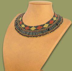 Magnifique, élégant collier de perles en noir, marron et or. Laccessoire parfait et flexible de tenue de jour à la nuit et avec un look casual ou formelle. Authentiquement africain et entièrement fait à la main, cette pièce magnifique va attirer lattention et vous donner un vrai sens du style Africhic.