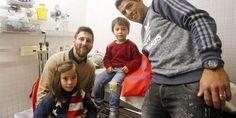 Messi y Suárez desatan la locura en su visita al Hospital de Niños de Barcelona | A Son De Salsa
