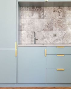 Apartment living in London with this sky blue cabinetry kitchen paired with brass handles. Not to mention this splashback totally in love ! By @nimtimarchitects // TLI X #happyfriday #skyblue
