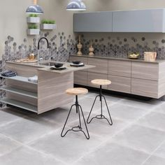 Create a stylish using cement-look tiles and a modern mosaic, broken out on the wall for maximum impact. Kitchen Tile, Round Kitchen Table, Modern Design, Home Decor, Traditional Kitchen, Kitchen Style, Urban Living, Kitchen Floor Tile, Kitchen Design