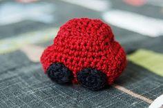 Der er 2 biler i denne serie – en rød og en grøn. Begge biler stammer fra bloggen http://virkverket.blogspot.com, hvor overskriften er oversat fra. Bilerne er lavet i bomuldsgarn og der er anvendt hæklenål nr. 2,5. Bilerne er ca. 5 cm, men kan varier afhængig af garn og nål.