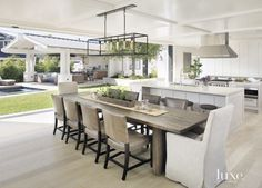 Mezcla de colores y simplicidad de la cocina. Comedor a continuación. Y esa ventana...