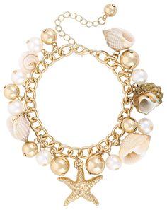 Dieses goldfarbene Armkettchen verzaubert jeden mit seinem maritimen Charme. Das Schmuckstück wird verziert mit Seesternen, Perlen und echten Muscheln, wodurch es das perfekten Accessoire für Ihren Nautical-Look ist. Kombiniert mit...