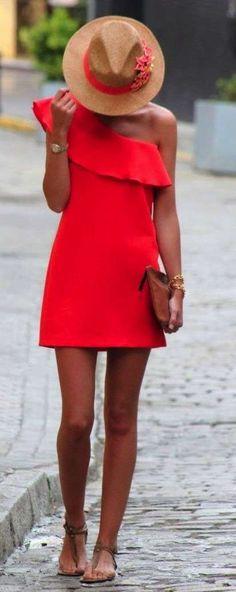 Abbinare le scarpe a un vestito rosso - Abito rosso con sandaletti infradito nude