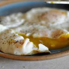 Basted Eggs (steamed fried eggs) - the easier, just-as-delicious version of poached eggs. Breakfast And Brunch, Breakfast Dishes, Egg Recipes, Brunch Recipes, Diet Recipes, Indian Recipes, Dessert Recipes, Basted Eggs, Cooking Tips