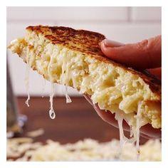 """Receitinha mara de café da manhã #lowcarb com """"pão"""" de couve flor. Uma delícia! Confere lá no meu instagram @corpode21"""