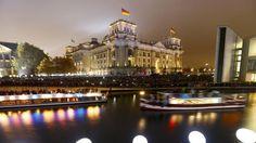 """Der Präsident des Europaparlaments, Martin Schulz (SPD), sagte beim Festakt des Landes Berlin im Konzerthaus am Gendarmenmarkt, der Mut der DDR-Bürgerrechtler sei """"Freiheitskämpfern auf der ganzen Welt bis heute ein Vorbild"""". Er fügte mit Blick auf die anderen osteuropäischen Länder hinzu: """"Wohin man 1989 in Europa blickte - der Funke der Freiheit war entzündet."""" Die Wege zur Freiheit seien damals unterschiedlich gewesen, """"aber sie waren immer friedlich""""."""