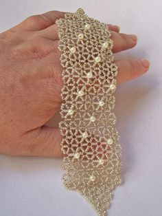 I would randomize the top beads, I don't like the lined loBest 12 Pearl Bracelets – Salvabrani – Page s media cache pinimg com originals cd 03 jpg salvabrani Seed Bead Patterns, Beaded Bracelet Patterns, Beading Patterns, Bracelet Designs, Bead Jewellery, Seed Bead Jewelry, Jewelry Crafts, Handmade Jewelry, Seed Bead Bracelets