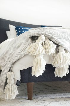 DIY tassel throw blanket - create a high end looking DIY Giant Tassel Throw Blanket by purchasing a fun patterned blanket and adding some chunky yarn tassels! Diy Throw Blankets, Diy Throws, Warm Blankets, Knitted Throws, Diy Tassel, Tassels, Diy Manta, Fluffy Pillows, Easy Sewing Projects