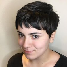 Pixie Haircuts with Bangs 50 Terrific Tapers - Kurzhaarfrisuren Cute Pixie Haircuts, Haircuts With Bangs, Short Hairstyles For Women, Hairstyles With Bangs, Medium Hairstyles, Short Wavy Pixie, Pixie Cut With Bangs, Short Hair Cuts, Short Hair Styles