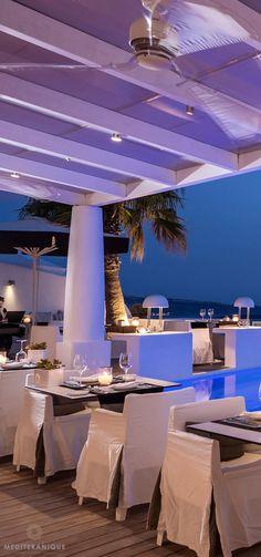 Un restaurant de luxe à Santorini en Grèce | design d'intérieur, décoration, restaurant, luxe. Plus de nouveautés sur http://www.bocadolobo.com/en/inspiration-and-ideas/