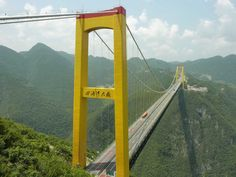 Sidu River Bridge - The suspension bridge spans more than 1,300 meters and links Shanghai to Chendo. With a height of 460 meters, this is one of the bridges that certainly is not ideal for those who have vertigo.