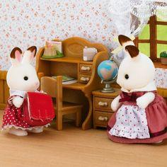 Hermana coneja choco y escritorio