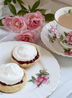 afternoon tea scones with jam and cream Tea Scones Recipe, Best Scone Recipe, Biscuit Recipe, Tea Recipes, Baking Recipes, Snack Recipes, Afternoon Tea Scones, Raisin Scones, Best Pie