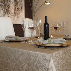 Gecoat Tafellinnen Visconti Duna 160cm - Mooie kwaliteit jacquard geweven stof met barok figuren in bruin. Deze geplastificeerd stof is van uitstekende kwaliteit en zorgt voor een natuurlijke look! Met dit afwasbare tafelkleed heeft u het echte stofgevoel met het gebruiksgemak van tafelzeil. U kunt het tafellinnen gemakkelijk schoonhouden met een vochtige doek, of uitwassen op 30 graden. Houd hierbij wel rekening met een mogelijke krimp van 4%. Kies de lengte in het menu en we snijden het…