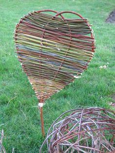 Hjertelig velkommen med flet lavet af afklip fra gartnernes beskæring af træer i en boligforening