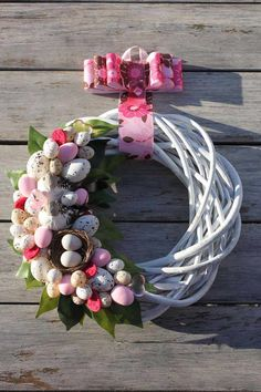 white and pink wreath Easter Wreaths, Holiday Wreaths, Pink Wreath, Floral Wreath, Wreaths And Garlands, Diy Ostern, Wreath Tutorial, Easter Crafts For Kids, Summer Wreath
