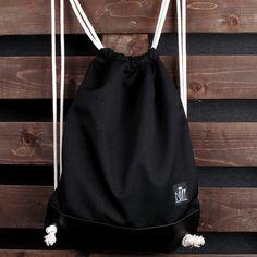 b6692c6de0923 Praktyczny i pojemny worek plecak. Wykonany z mocnej, impregnowanej tkaniny  poliestrowej i ekoskóry.