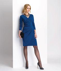 Синее трикотажное платье с запахом